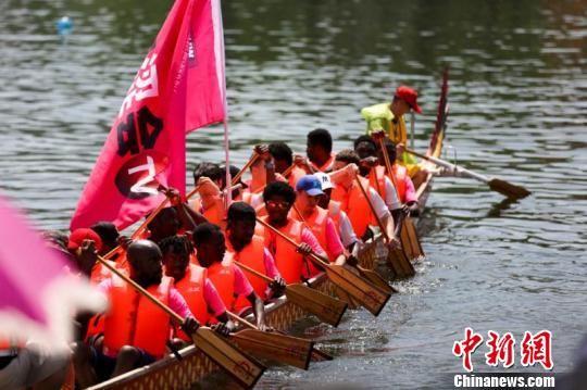 """第五届西安汉城湖龙舟节举办 """"国际战队""""抢眼"""