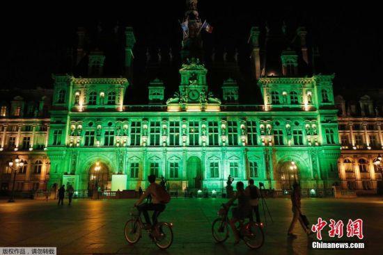 法国巴黎市政府亮灯抗议美国将退出《巴黎协定》