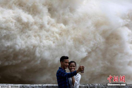 越南水电站开闸泄洪场面壮观 民众淡定拍照