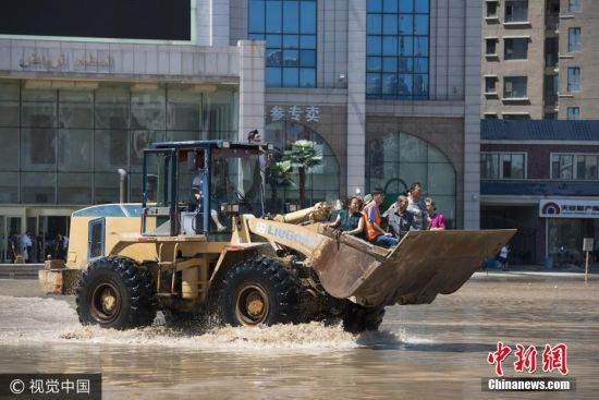 强降雨致吉林严重内涝 民众乘铲车出行