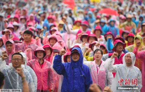 韩国民众冒雨参加大规模和平游行示威