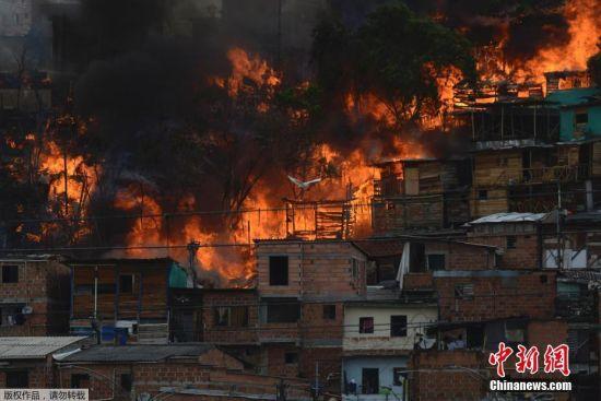 哥伦比亚一居民区发生火灾 现场黑烟滚滚