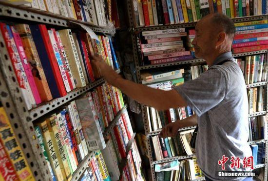 """西安69岁老人经营""""袖珍""""二手书屋20年 酷爱读书"""