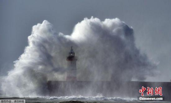 """风暴""""布莱恩""""袭击英国 狂风掀起巨浪"""