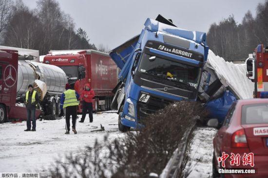 捷克降雪导致高速接连车祸 36辆车连环相撞