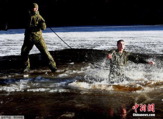 立陶宛军事训练 士兵跳入冰水中