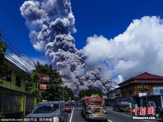 菲律宾马荣火山浓烟腾空而起 蓝天映衬下格外壮观