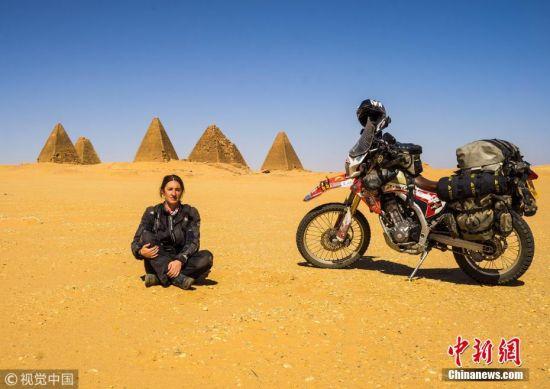 英国42岁祖母骑摩托游遍七大洲