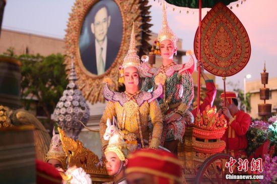 泰国举办花车巡游庆祝却克里王朝建都236周年