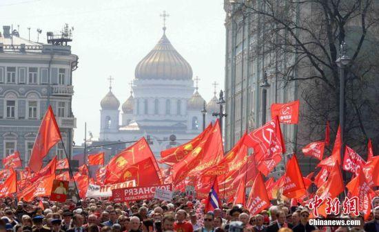 """俄罗斯民众参加游行 庆祝""""五一""""国际劳动节"""