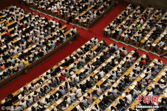 """""""考研族""""众生相 3000余考生上大课席地而坐吃午饭"""