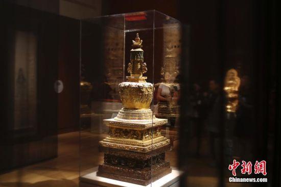 清代皇后的艺术与生活文物展在美举行 乾隆金发塔亮相