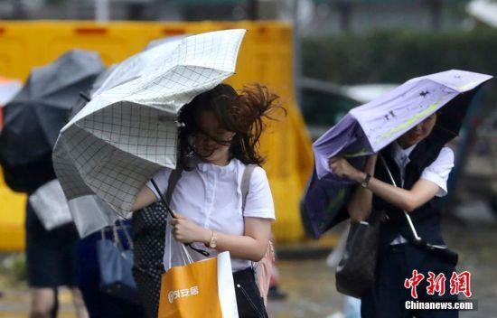"""台风""""温比亚""""登陆 南京街头暴风骤雨"""