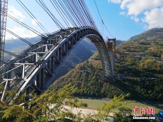 世界跨度最大铁路拱桥云南合龙