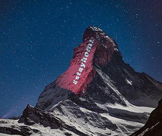 阿尔卑斯山脉现巨大条幅呼吁民众居家隔离
