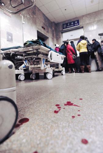 伤者杨静伟是沈阳冰川动物乐园的电动门操作员.