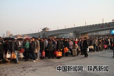 """西安火车站迎来春运前""""返乡潮""""(图)-中国新闻网-陕西"""